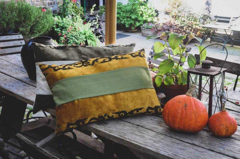 Hier sehen Sie ein farbenfrohes Kissen-Unikat von AN-NA Design, einer kleinen Kissen-Manufaktur im Bergischen Land.