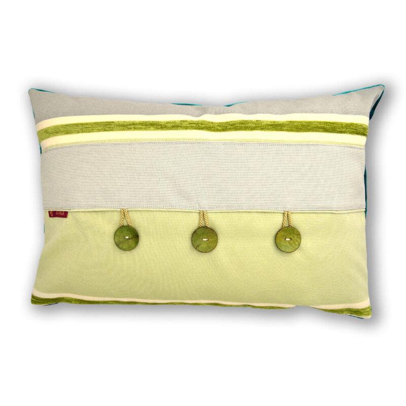 Ein farbenfrohes Kissen-Unikat von AN-NA Design in den Farben Grün und Gelb. Hier die Rückseite mit Knöpfen aus Kokos.