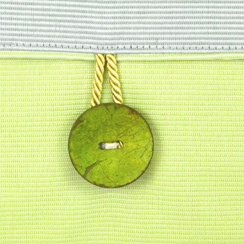 Ein farbenfrohes Kissen-Unikat von AN-NA Design in den Farben Grün und Gelb.