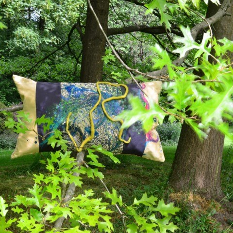 Ein Kissen als Kunst-Objekt von AN-NA Design, handbemalt und handbedruckt.